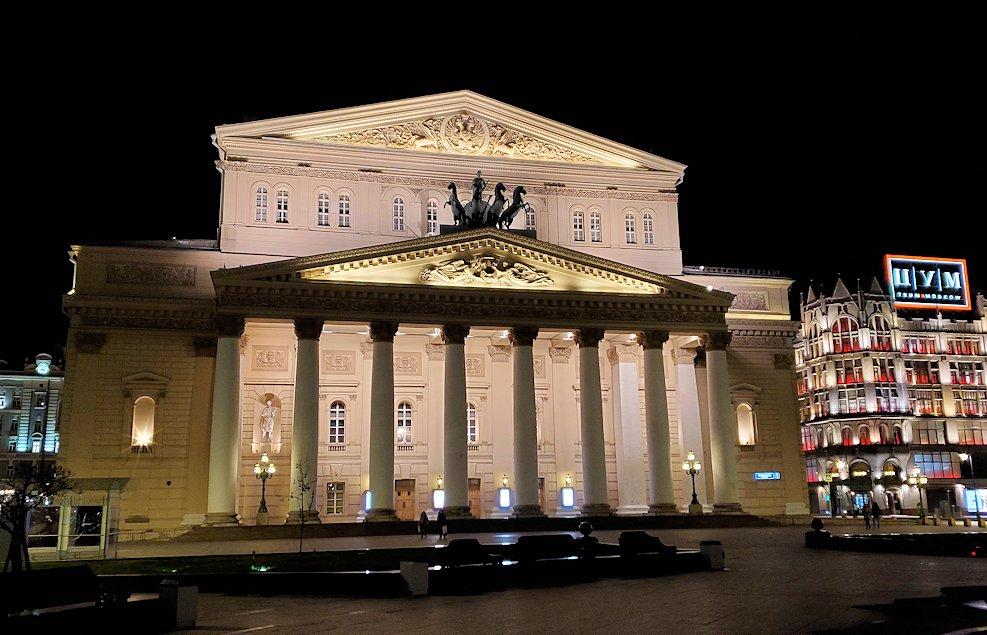 夜のモスクワ市内で見た、ライトアップされたボリショイ劇場