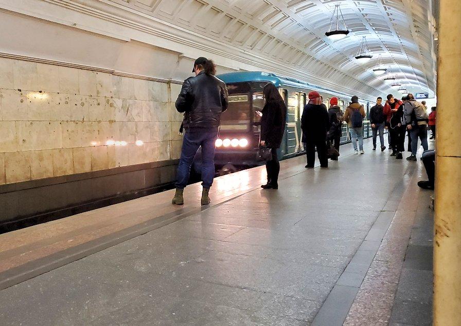 ボリショイ劇場近くの地下鉄駅構内で電車を待つ人達