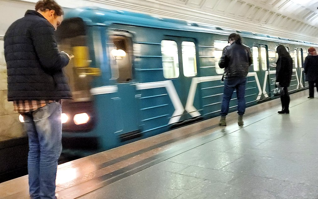 ボリショイ劇場近くの地下鉄駅構内で電車を待つ人達-2