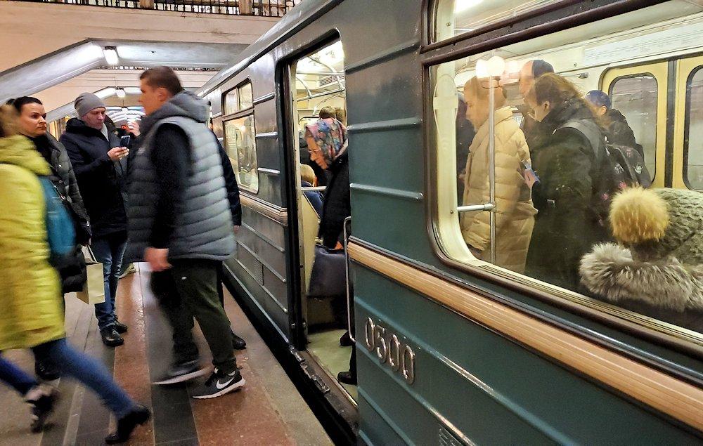 夜の地下鉄から降りる人達