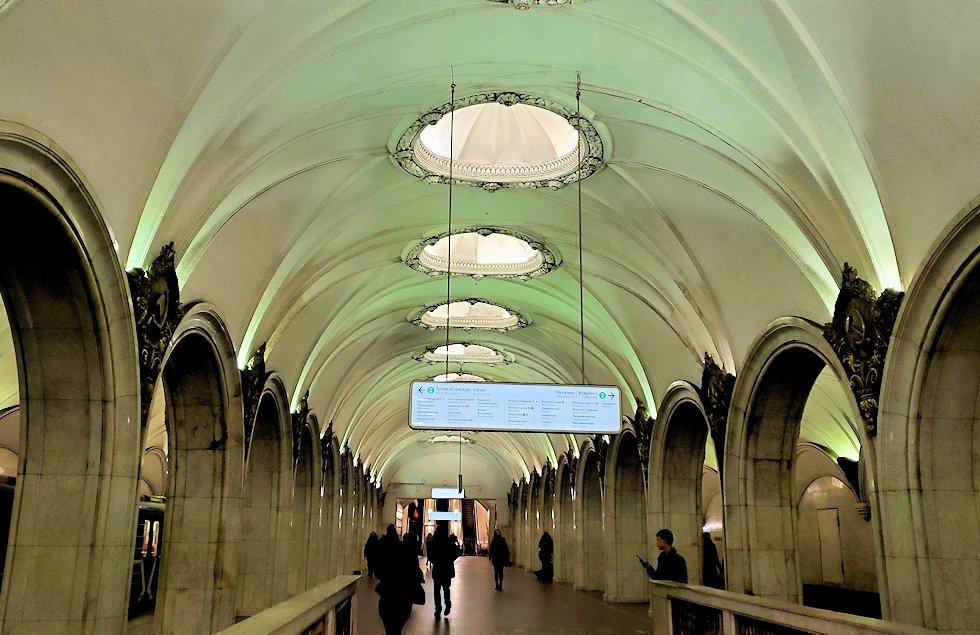 夜のモスクワ市内を走る地下鉄のとある駅構内