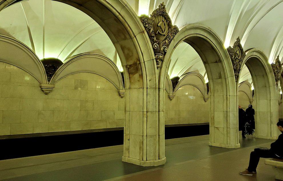 夜のモスクワ市内を走る地下鉄のとある駅構内-2