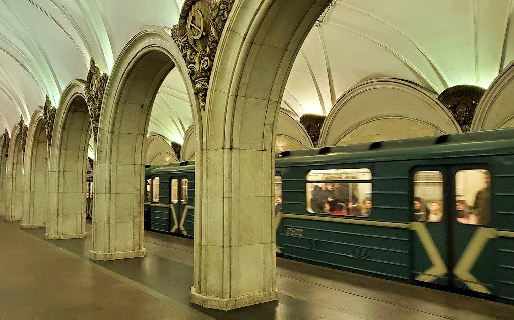 夜のモスクワ市内を走る地下鉄のとある駅構内-3