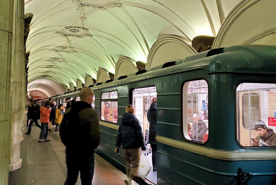 夜のモスクワ市内を走る地下鉄に乗り込む人達