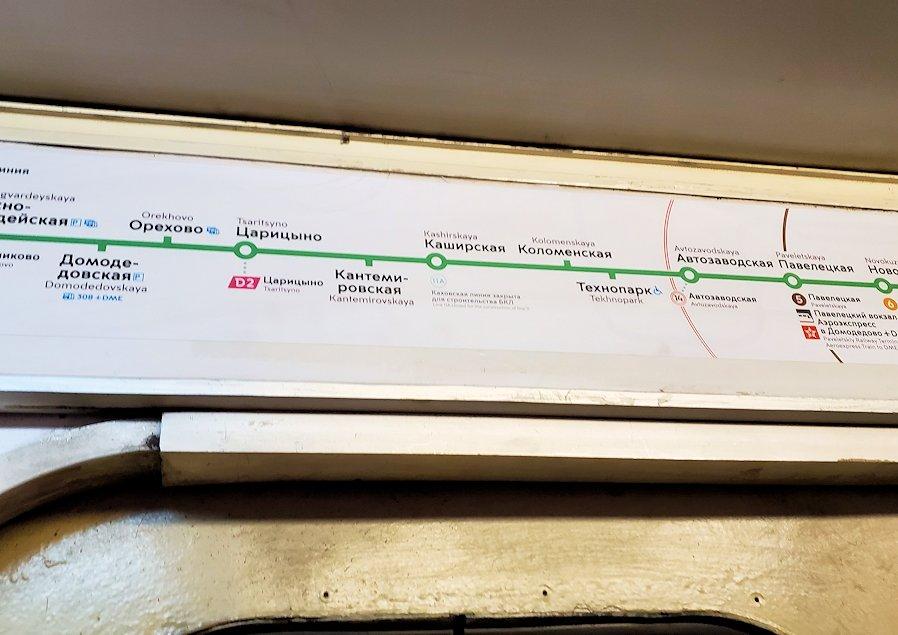 夜のモスクワ市内を走る地下鉄車両内の路線図
