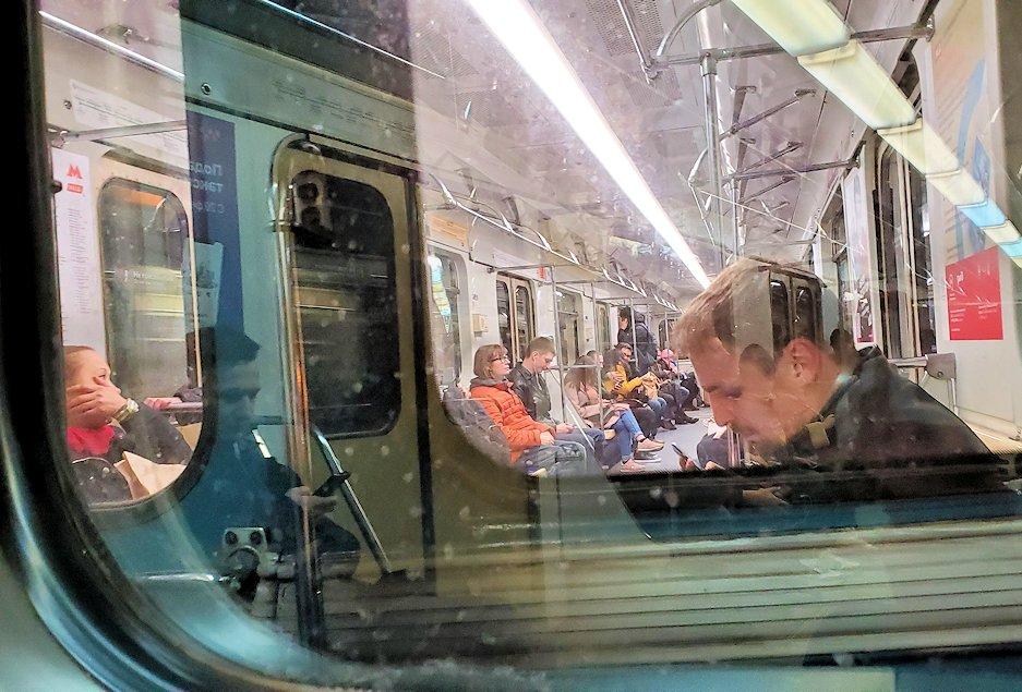 夜のモスクワ市内を走る地下鉄車両内の様子