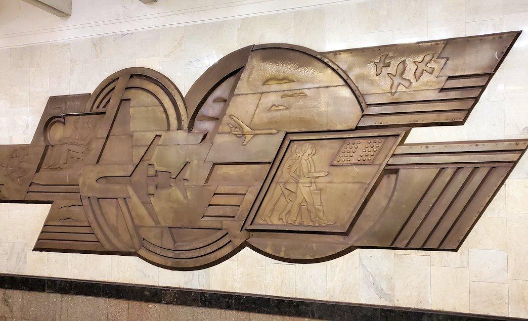 夜のモスクワ市内を走る地下鉄構内にあったレリーフ