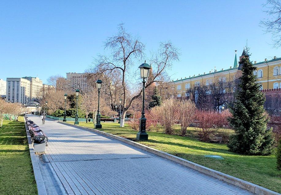 モスクワ市内のクレムリン周辺にあるアレクサンドロフスキー庭園へ進む