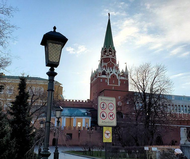 モスクワ市内のクレムリン周辺にあるアレクサンドロフスキー庭園へ進む-2