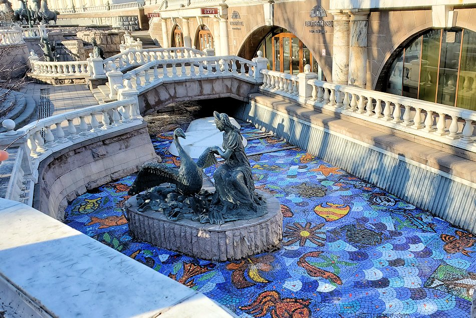 マネージュ広場にあった人工河川に設置されている像