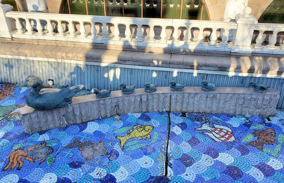 マネージュ広場にあった人工河川に設置されている像-2
