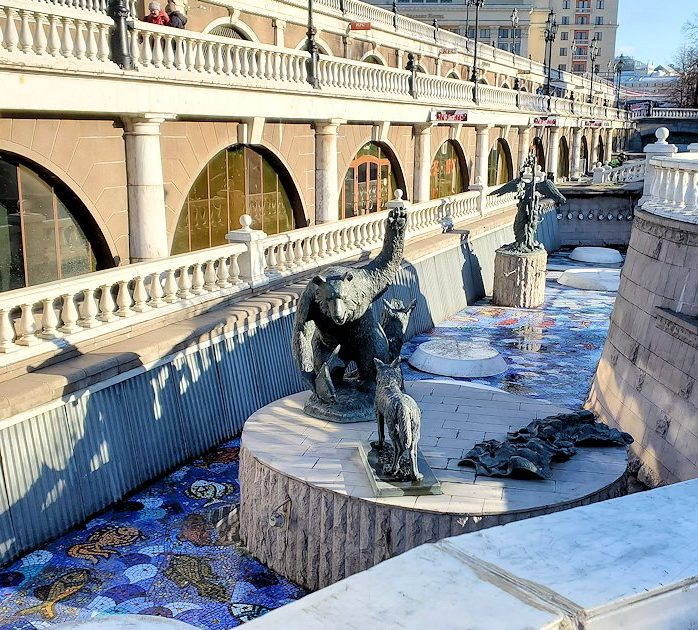 マネージュ広場にあった人工河川に設置されている像-3