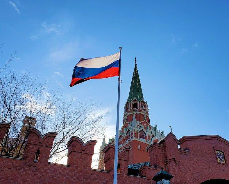 赤の広場・クレムリンをバックにしたロシア国旗