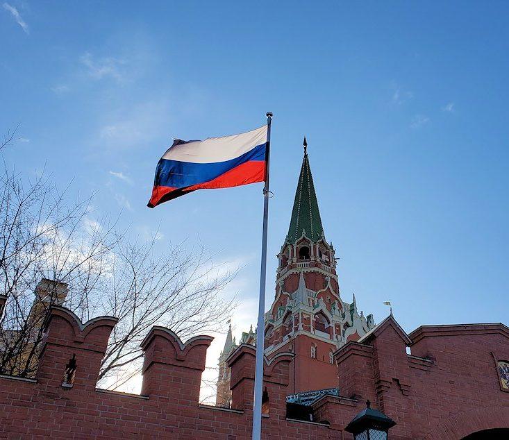 クレムリン周辺にあるアレクサンドロフスキー庭園にから見たクレムリンの建物とロシア国旗
