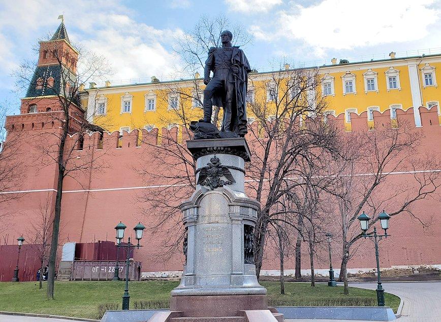 アレクサンドロフスキー庭園に立つアレクサンドル1世像