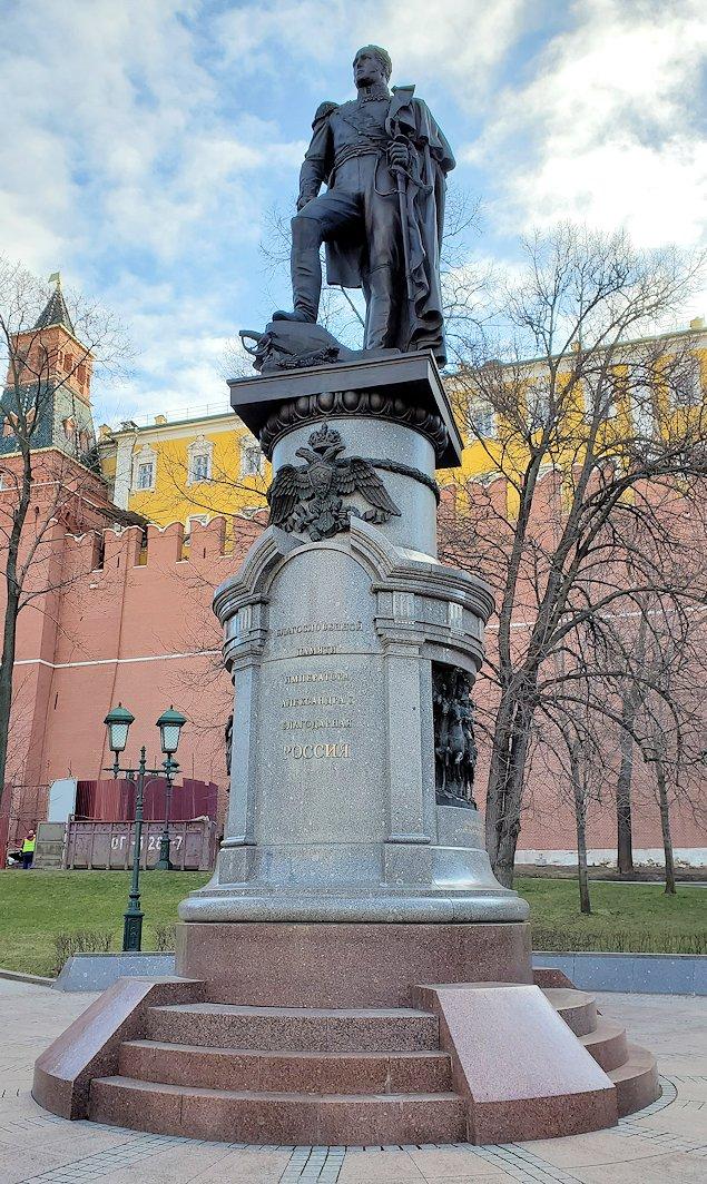 アレクサンドロフスキー庭園に立つアレクサンドル1世像-2