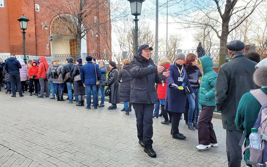 クレムリン内の武器庫を見学する人達の並ぶ列