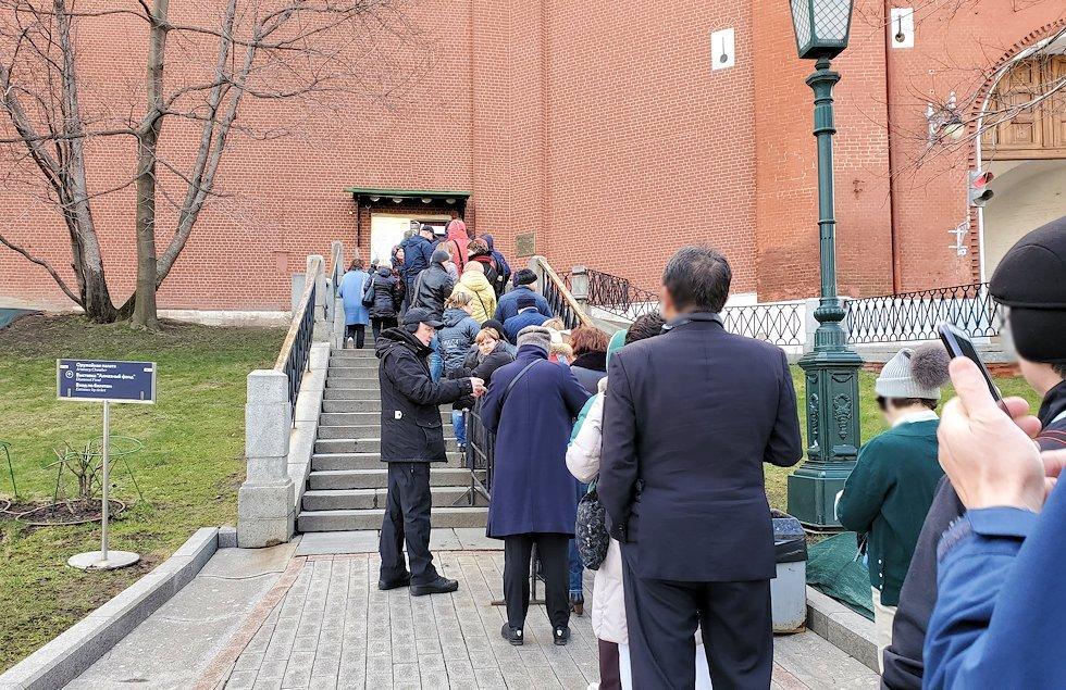 クレムリン内の武器庫を見学する人達の並ぶ列-3