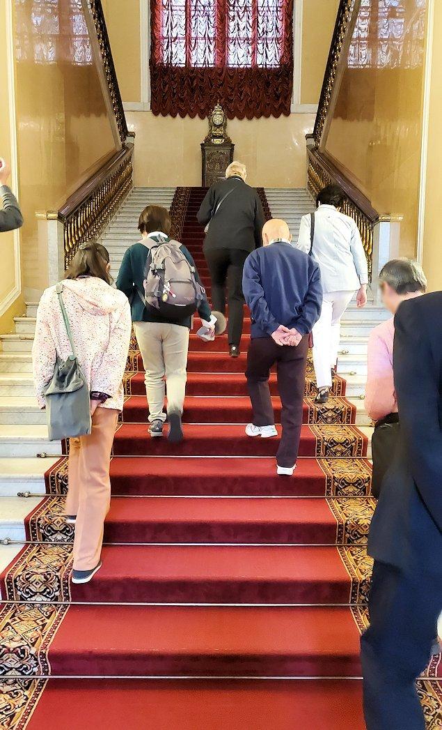 クレムリンの武器庫内の階段を進む人達