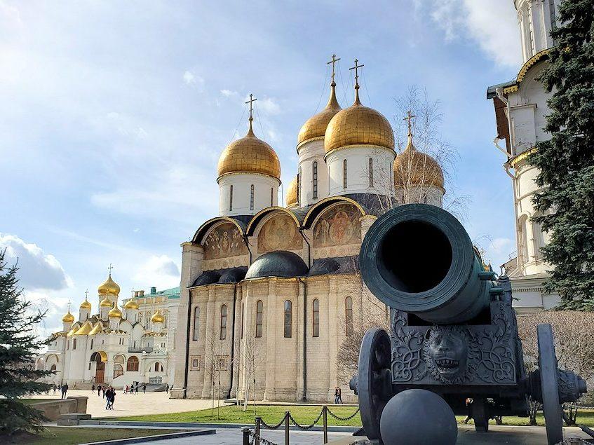 クレムリン内にあった「大砲の皇帝(ツァーリ・プーシュカ)」とロシア正教の大聖堂