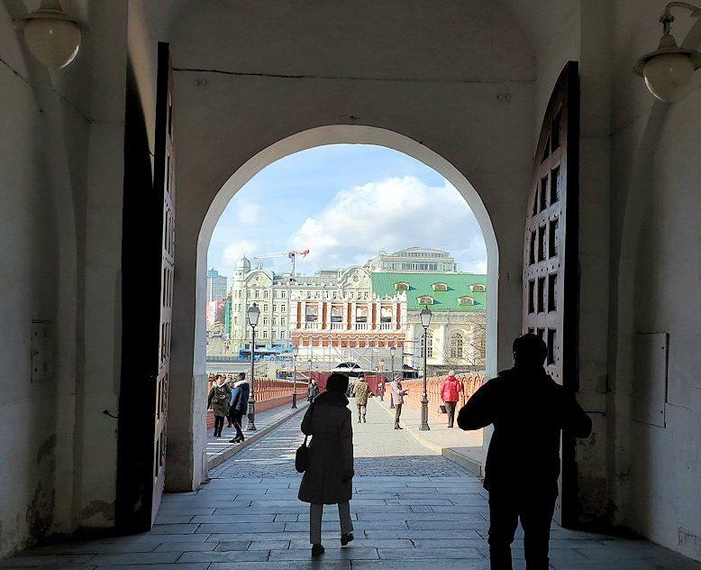 クレムリン内にあるトロイツカヤ塔から出ていく