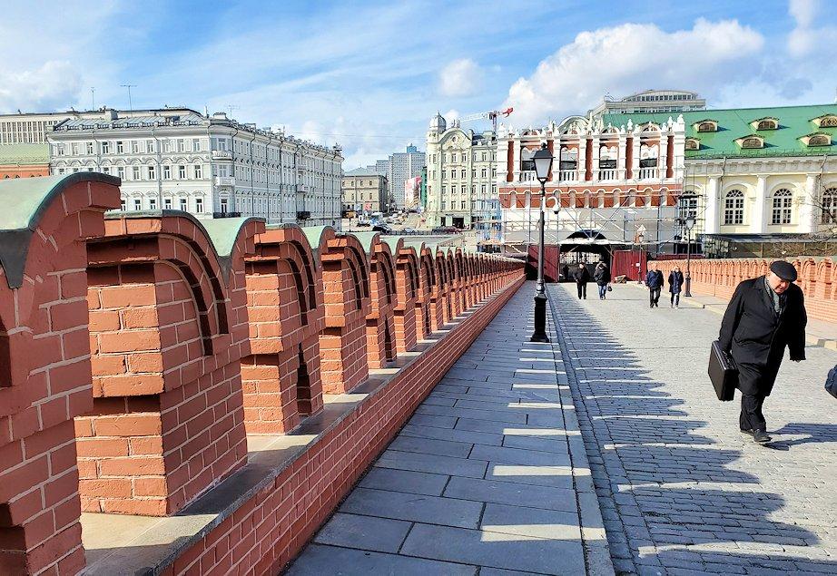 クレムリン内にあるトロイツカヤ塔から出ていくとトリニティ橋に出る