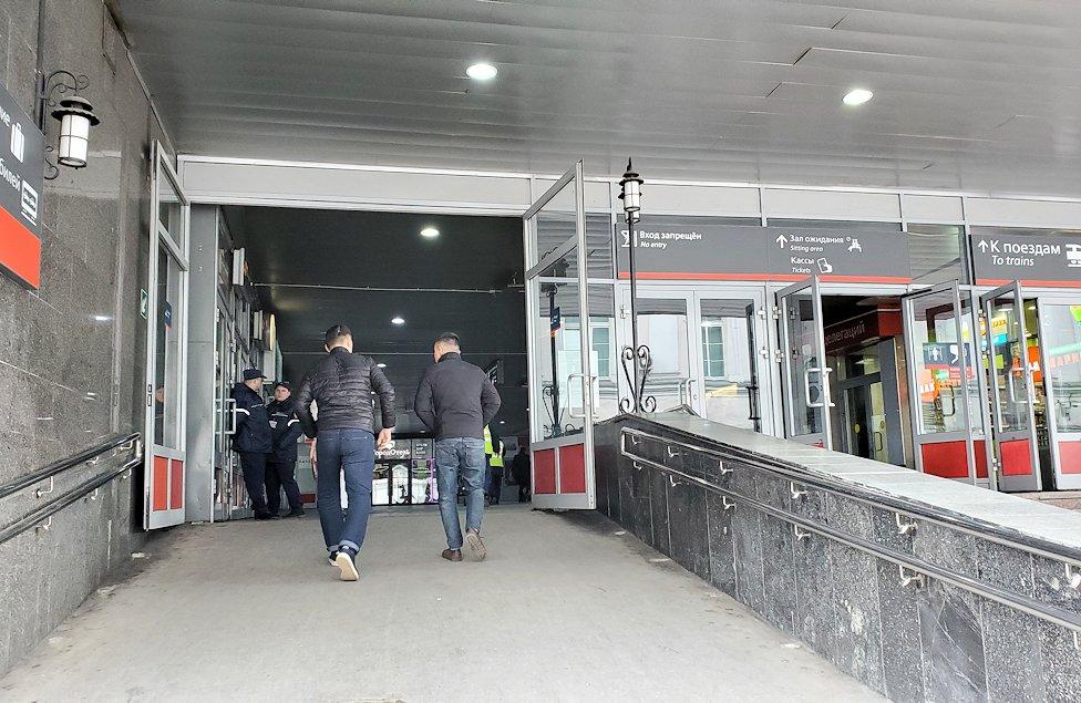 モスクワ市内にあるレニングラーツキー駅内に進む