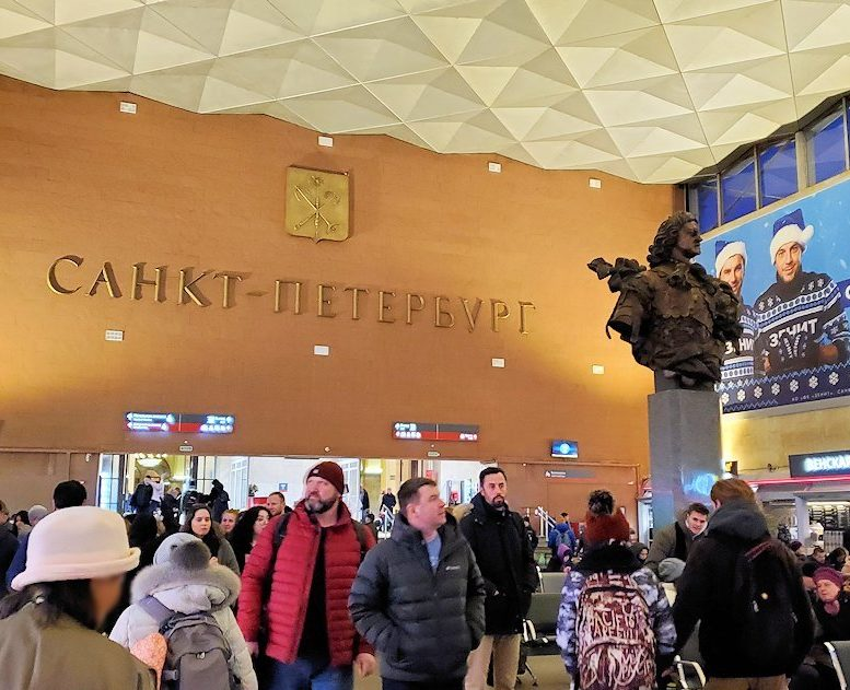 到着したサンクトペテルブルグのモスコーフスキー駅に置かれているピョートル大帝の像