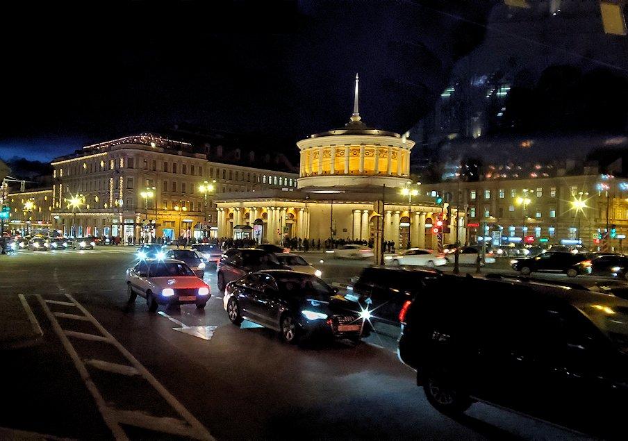 夜のサンクトペテルブルグの街をバスの車内から眺める