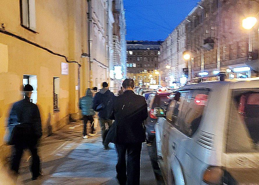 サンクトペテルブルグの駅前近くの路地を進む