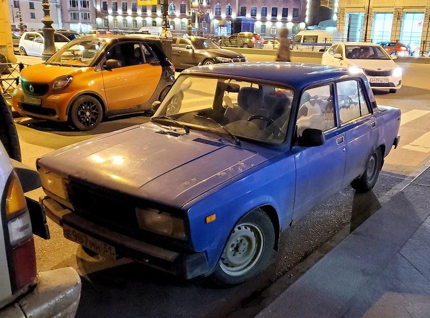 サンクトペテルブルグの駅前近くの路地で見かけた、共産時代の車