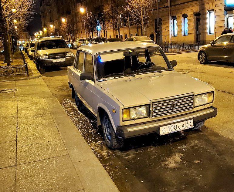 サンクトペテルブルグの駅前近くの路地で見かけた、共産時代の車-2