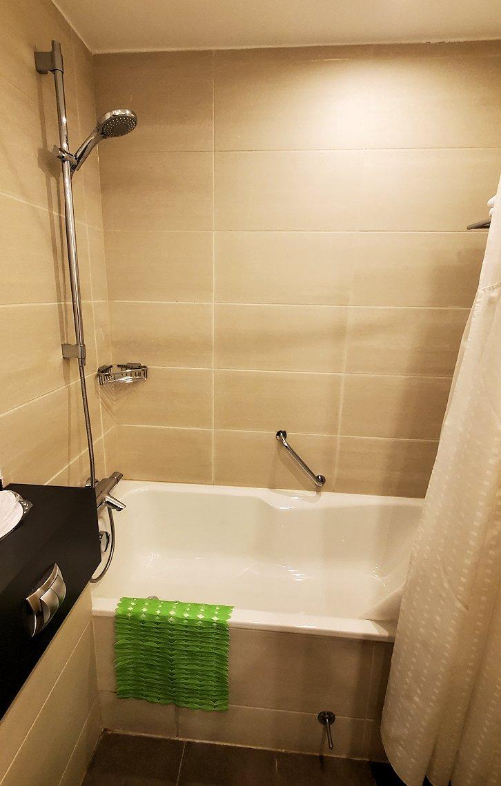 サンクトペテルブルクでにあるホリデーインの部屋の、シャワー
