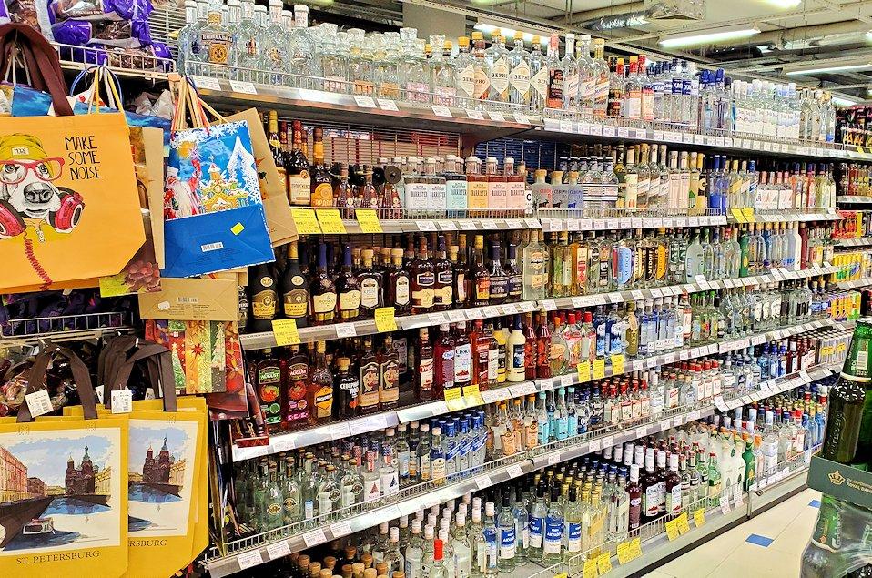 スーパーマーケット店内に並ぶお酒