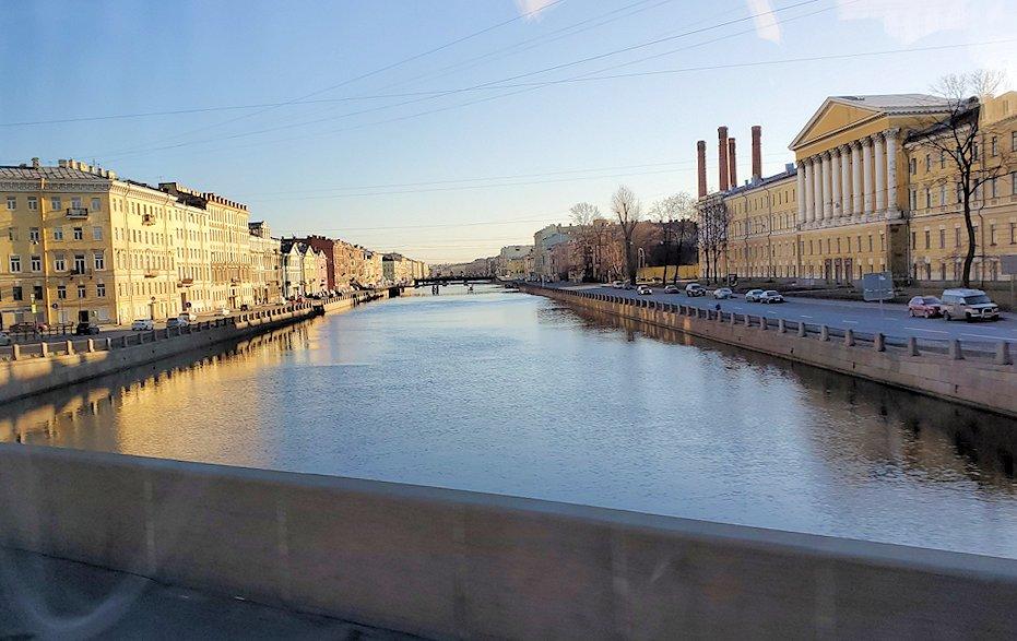 サンクトペテルブルクのネヴァ川を渡る