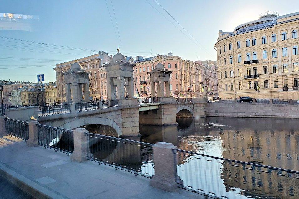 サンクトペテルブルクのネヴァ川沿いを進む