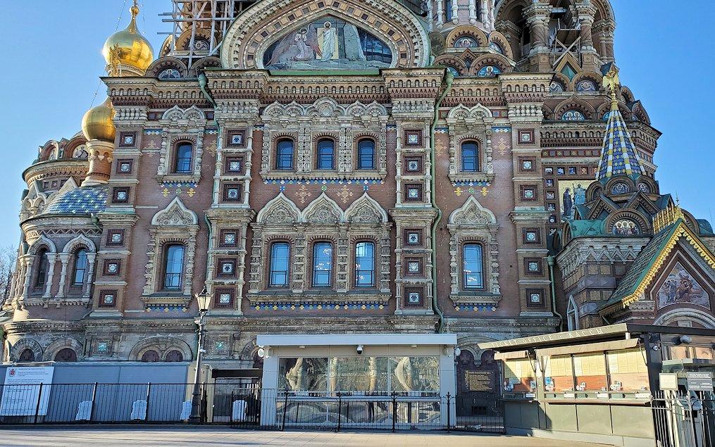 サンクトペテルブルグの「血の上の教会」を眺める