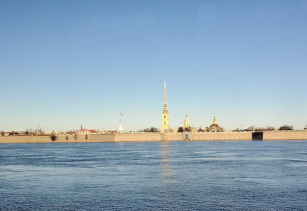 ネヴァ川奥に見えるペトロパヴロフスク大聖堂