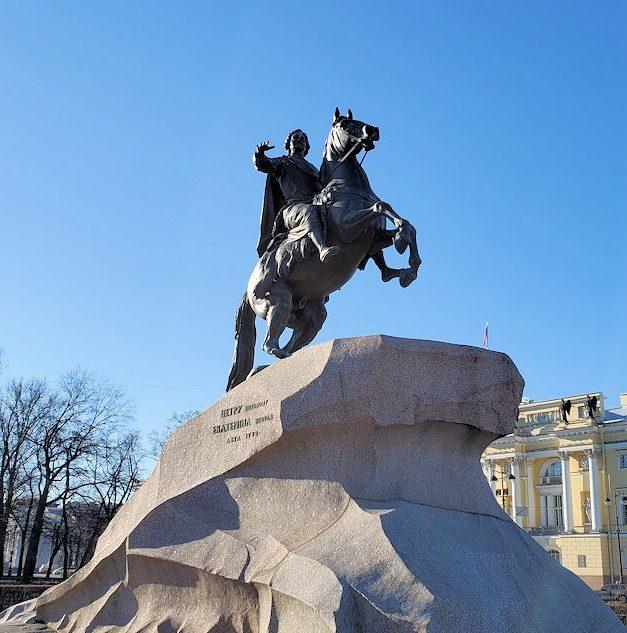 サンクトペテルブルク中心部にある元老院広場に立つピョートル大帝の像
