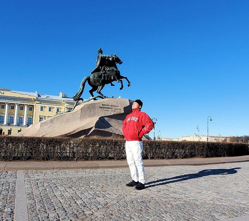 元老院広場でピョートル大帝の像を眺める男