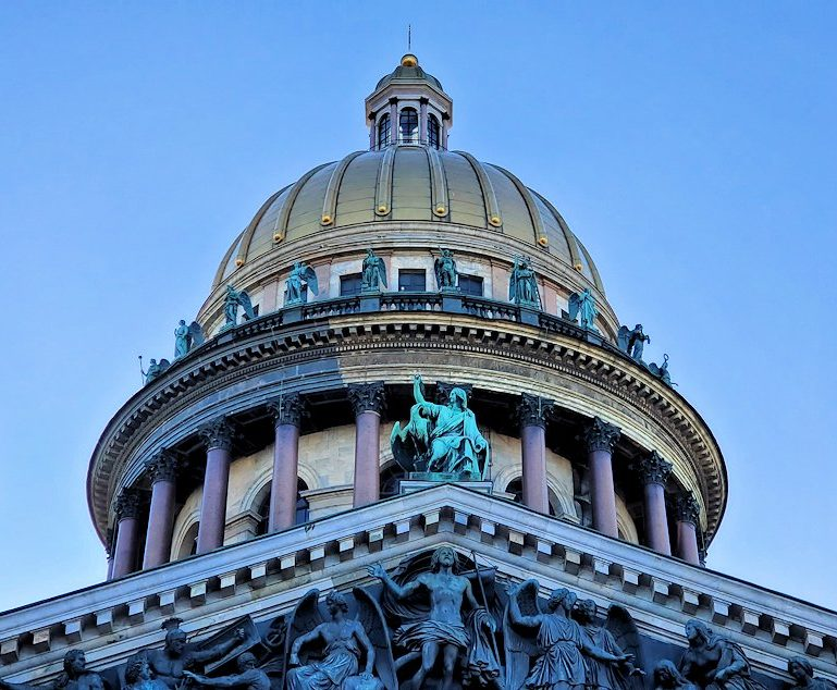 元老院広場周辺にある、大きなイサク大聖堂の上部
