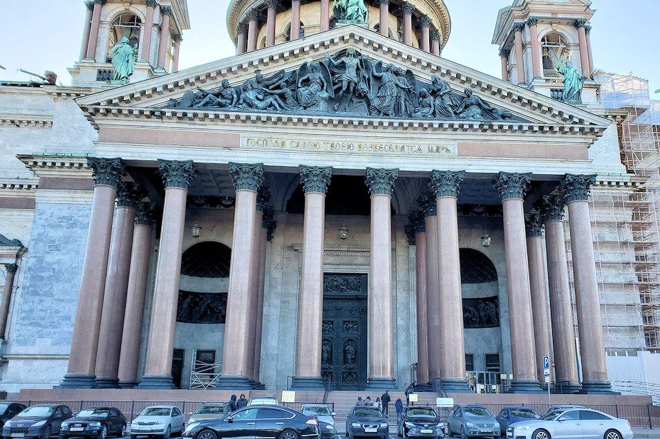 元老院広場周辺にある、大きなイサク大聖堂の正面