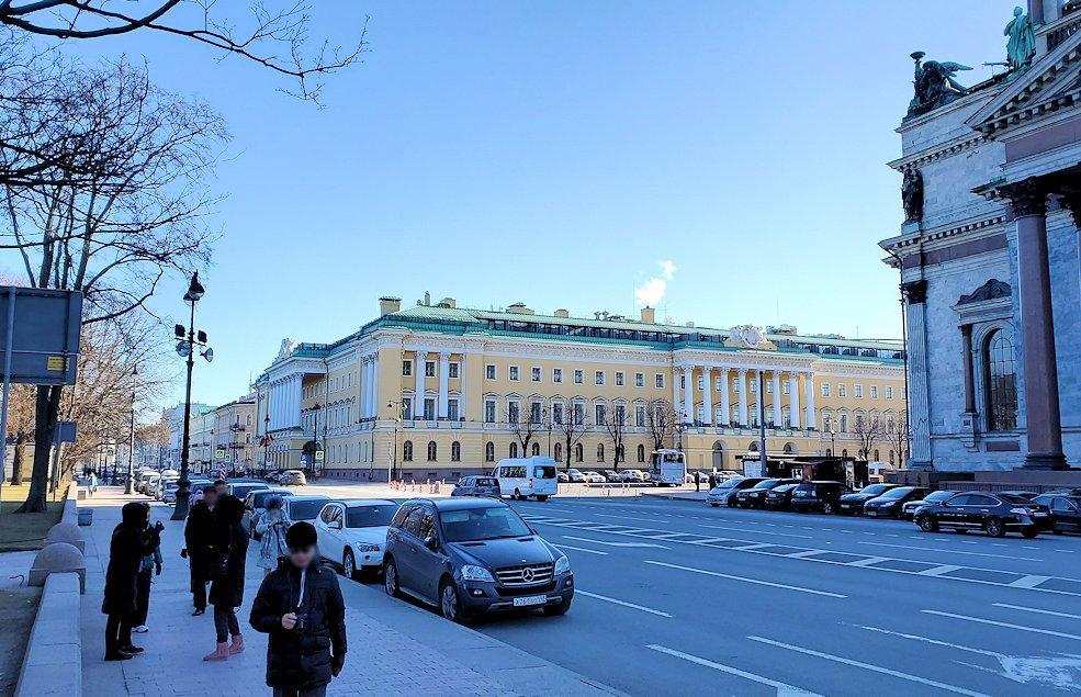 元老院広場周辺にある、大きなイサク大聖堂横の建物