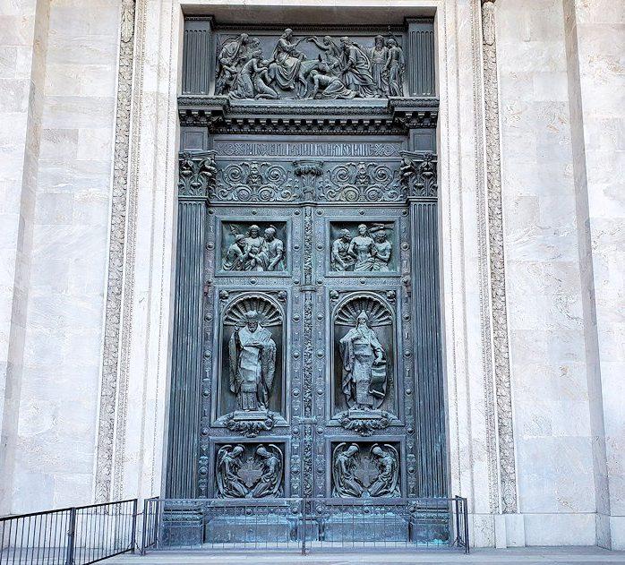 イサク大聖堂の正面扉
