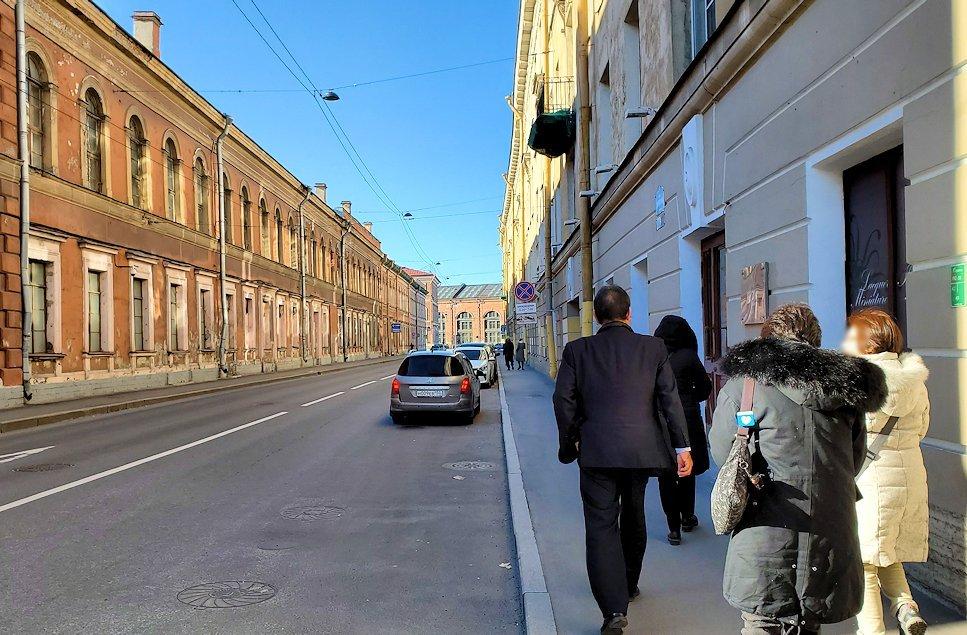 サンクトペテルブルク市内の街中を進む