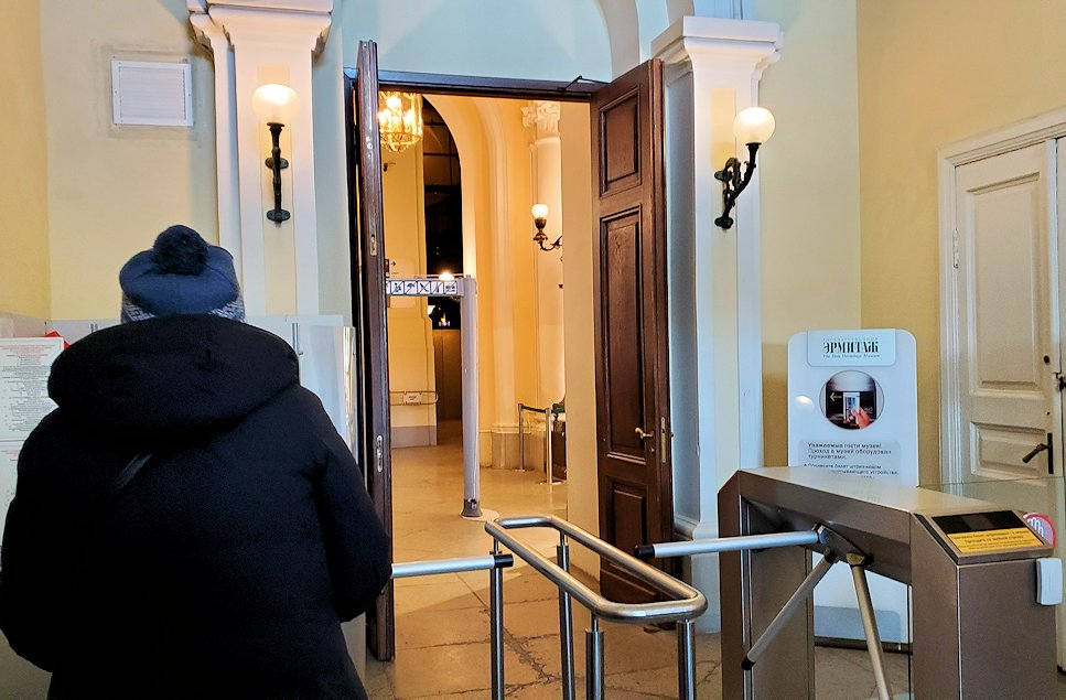 エルミタージュ美術館の中に入る