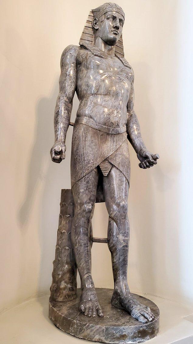 エルミタージュ美術館に入った入口に展示されていた、古代エジプトの像