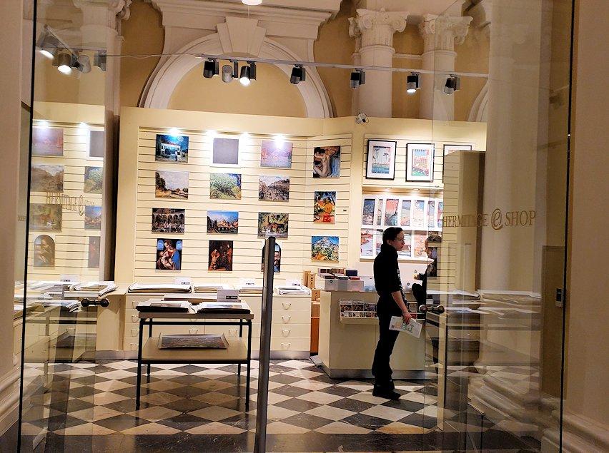 エルミタージュ美術館1階の通路にあるお土産屋さん-2