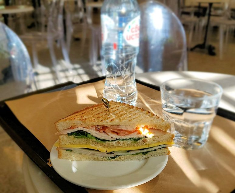 エルミタージュ美術館1階にあるカフェで食べたサンドイッチ