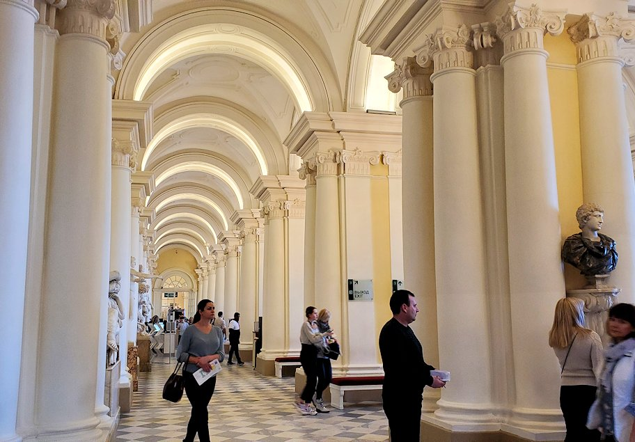 エルミタージュ美術館1階の階段前の様子
